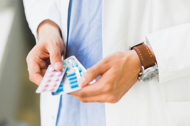 Docteur, tenue, pilules, main