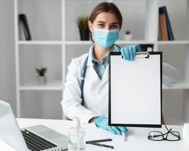 Docteur, tenue, presse-papiers médical