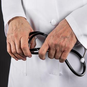 Docteur, tenue, a, stéthoscope, gros plan