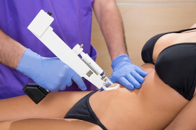 Docteur de thérapie de pistolet de mésothérapie abdominale à la femme