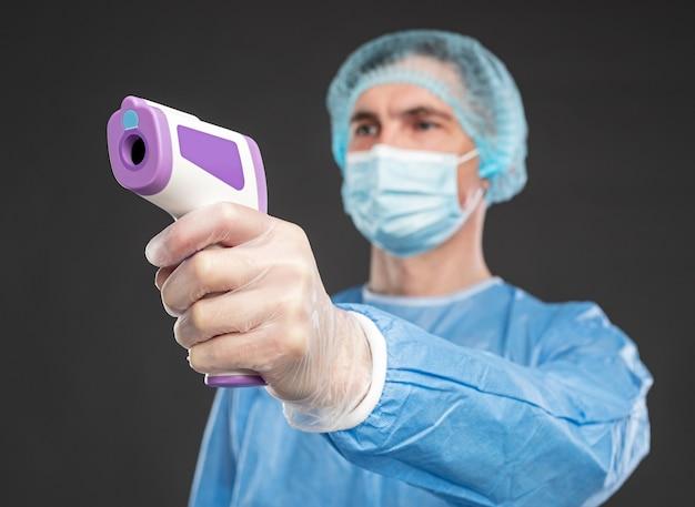 Docteur avec thermomètre infrarouge sans contact