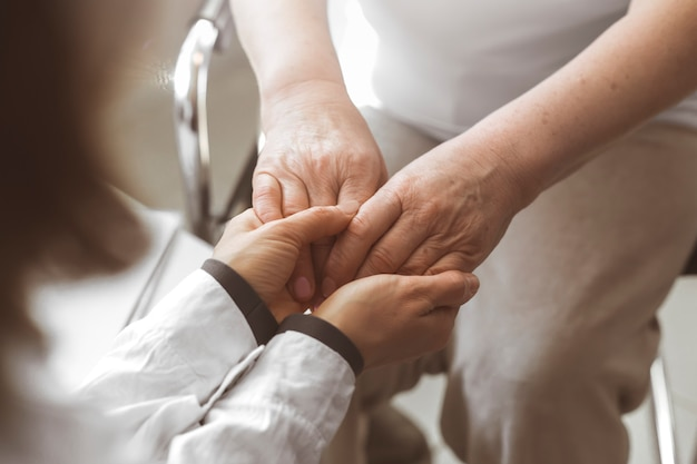 Docteur, tient, main, âgé, femme