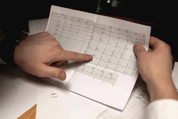 Le docteur tient les résultats d'analyse et l'apprend après l'examen