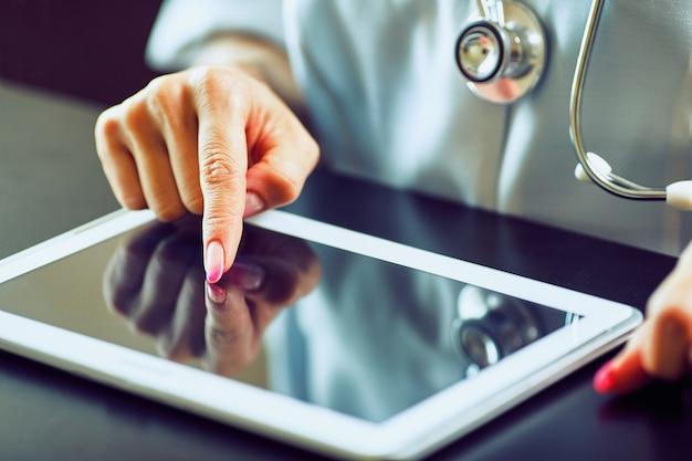 Docteur travaillant sur une tablette numérique avec espace de copie