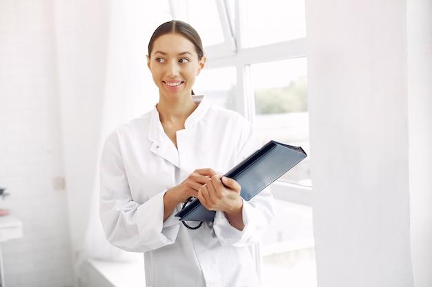 Docteur, uniforme, debout, blanc