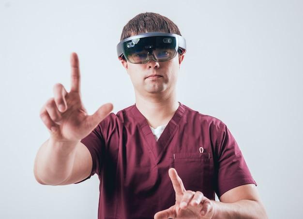 Le docteur utilise des lunettes de réalité augmentée.