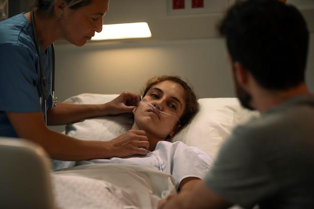 Docteur vérifiant un patient à l'hôpital