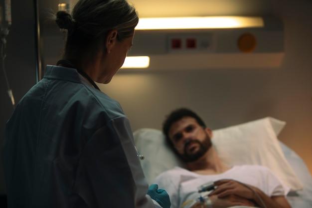 Docteur Vérifiant Un De Ses Patients Photo gratuit