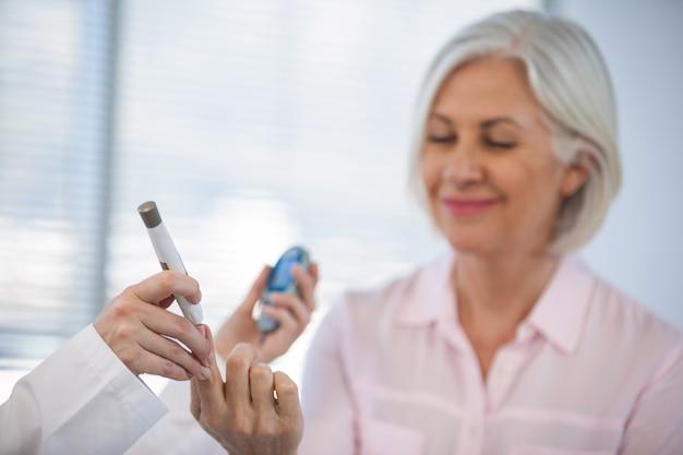 Docteur, vérification, glucose, niveau, diabétique, patient