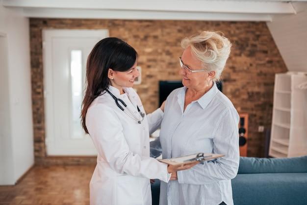 Docteur en visite à domicile.