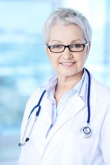 Docteur wise avec un stéthoscope