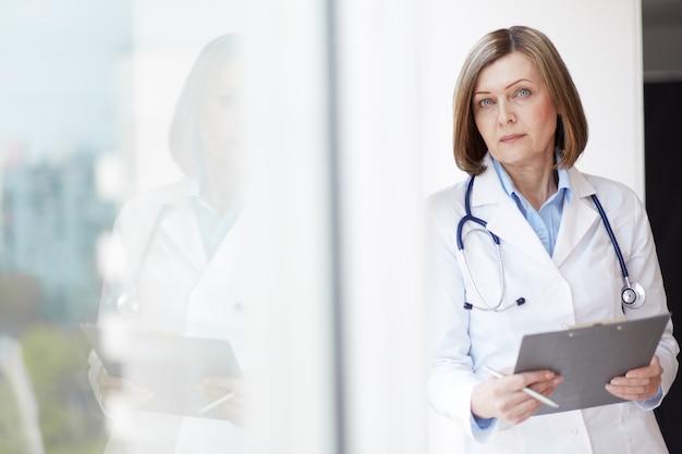 Doctor avec stéthoscope et presse-papiers
