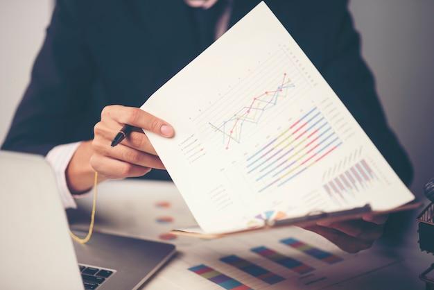 Document d'affaires en main d'homme d'affaires