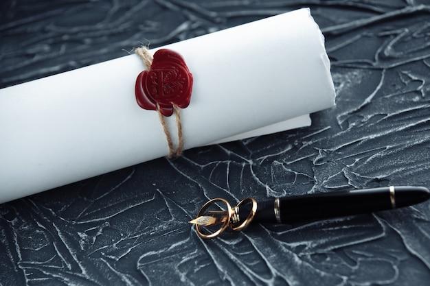 Document de décret de divorce de deux anneaux de mariage d'or cassés. concept de divorce et de séparation