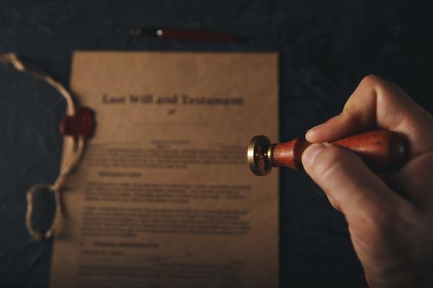 Document de dernière volonté et photo en gros plan du stylo-plume.
