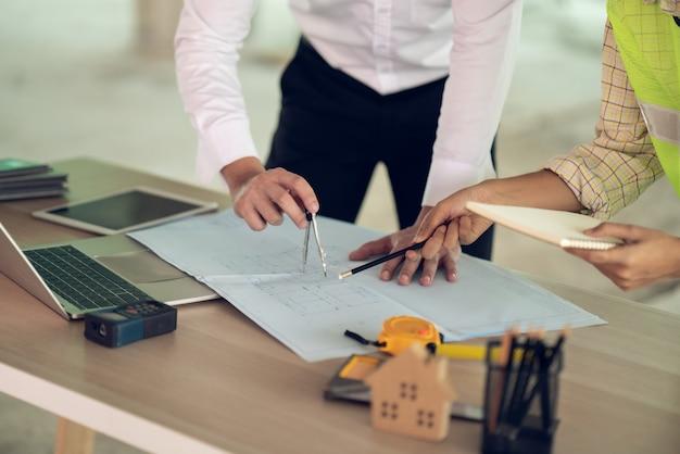 Document de dessin d'architecte et d'ingénieur sur la planification du projet et l'avancement du programme de travail sur le site de construction de l'immeuble d'habitation