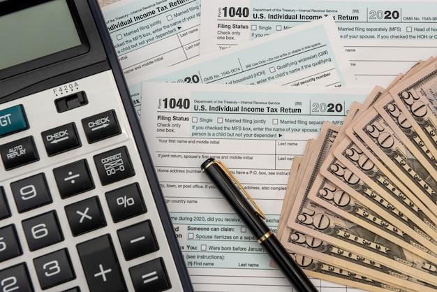 Document financier, calculatrice d'argent comptable remplissage 1040