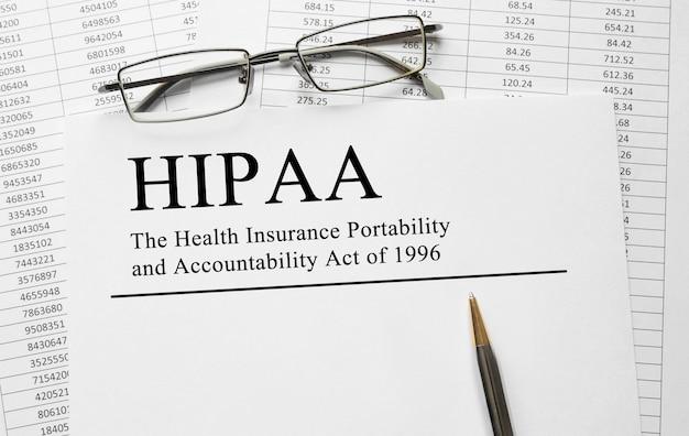 Document avec hipaa the health insurance portability and accountability act of 1996 on a table