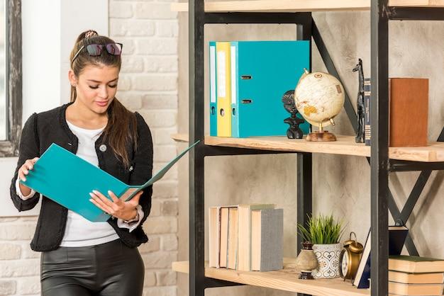 Document de lecture de femme d'affaires