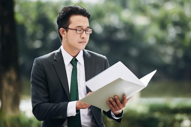 Document de lecture d'homme d'affaires