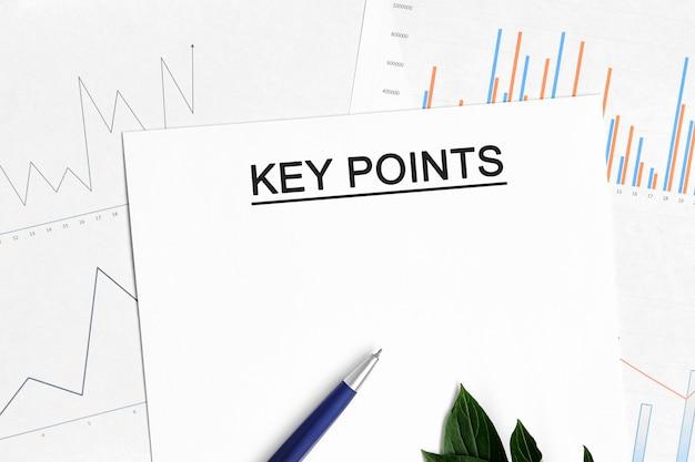 Document points clés avec graphiques, diagrammes et stylo bleu