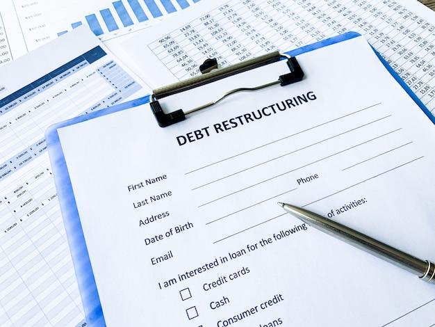 Document de restructuration de la dette avec graphique sur tableau.
