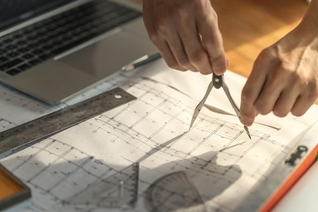 Document de travail d'architecte et d'ingénieur sur la planification de projet et l'avancement du programme de travail sur le chantier de construction de logements