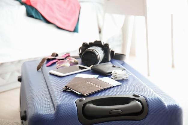 Documents et affaires de touristes sur la valise de voyage
