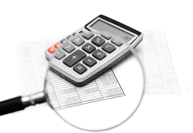 Documents et calculatrice grâce à une loupe.