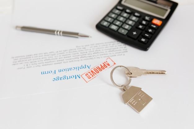 Documents et clé sur la table