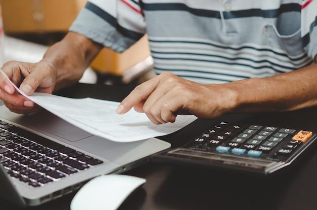 Documents commerciaux financiers, marketing fiscal et clavier et calculatrice d'ordinateur sur le bureau