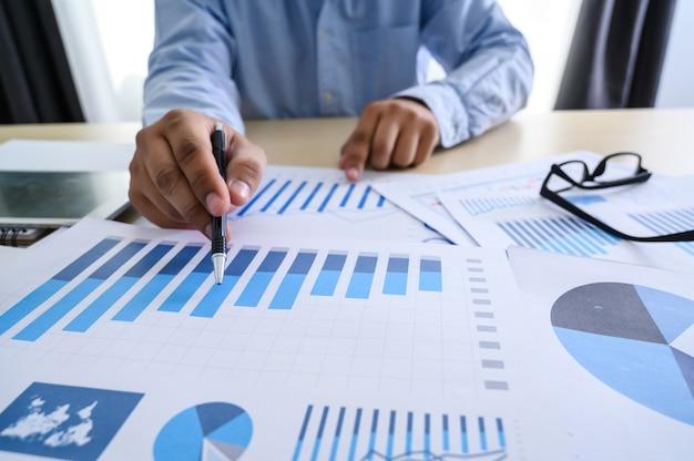 Documents commerciaux sur graphique de bureau financier