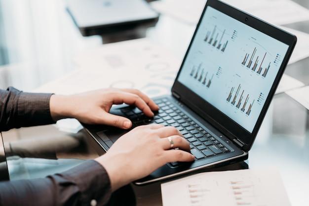 Documents commerciaux. homme mains tapant sur ordinateur portable.
