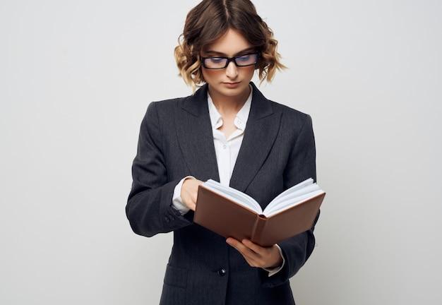 Documents de directeur féminin dans le bureau exécutif de main