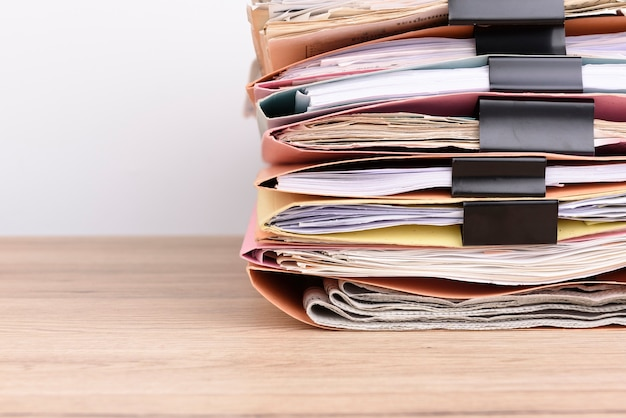 Documents empilés sur le bureau.