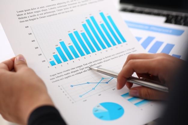 Documents d'étude de femme d'affaires au bureau
