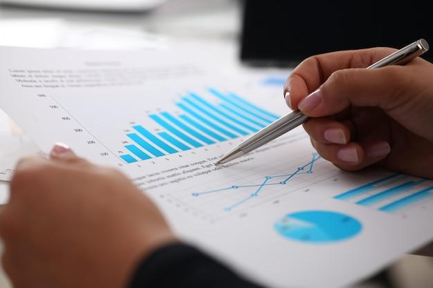 Documents d'étude de femme d'affaires en gros plan de bureau