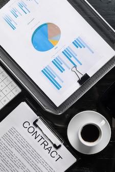 Documents financiers, contrat et vue de dessus de tasse de café se bouchent