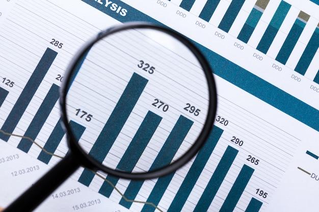 Documents financiers avec loupe