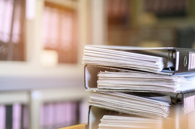 Documents noirs empilés au bureau