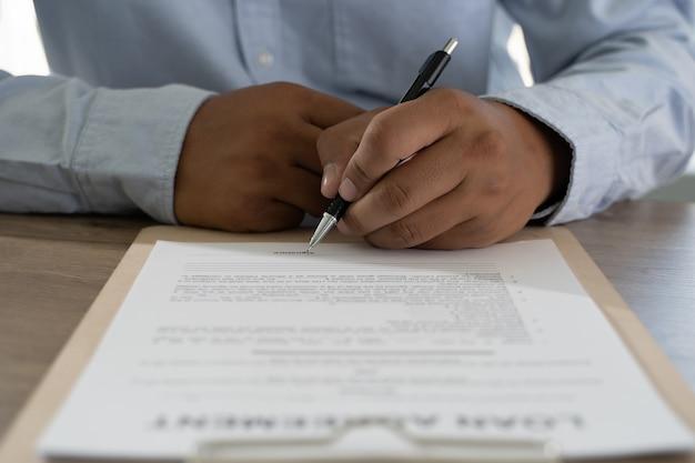Documents pile de documents d'affaires papier sur le bureau sur le fichier de comptabilité comptable