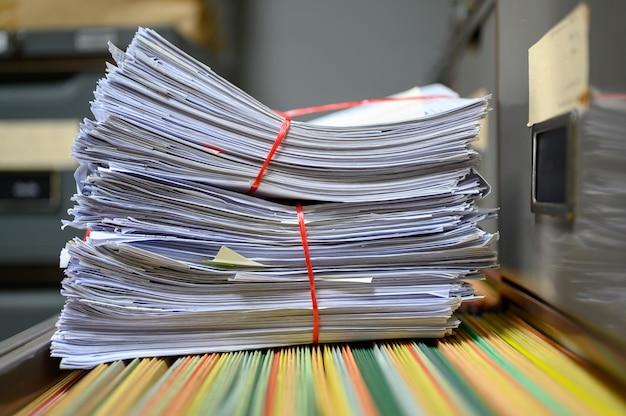 Documents recyclés placés sur le classeur du bureau