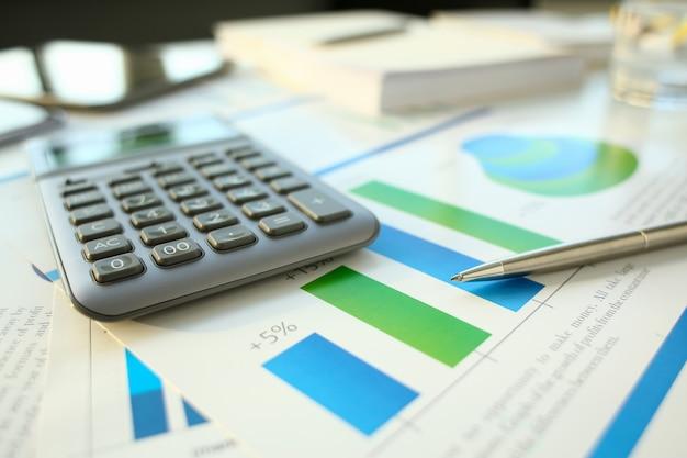 Documents de statistiques financières stylo à bille