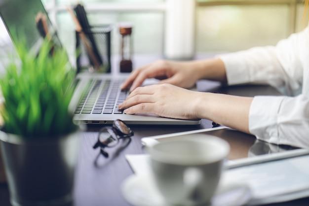 Documents de travail à la main sur les plans de marketing et les ventes de l'entreprise