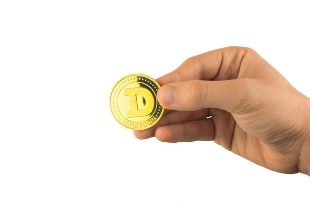 Un dogecoin d'or à la main isolé sur fond blanc, concept de paiement de crypto-monnaie photo