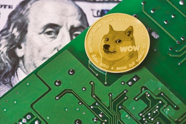 Dogecoin sur la surface de la carte mère de l'ordinateur et carte de circuit imprimé des billets de banque en dollars américains...