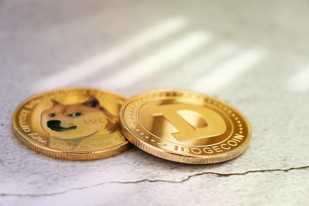 Dogecoins sur fond clair sous les rayons du soleil en gros plan, pièces d'or, crypto-monnaie