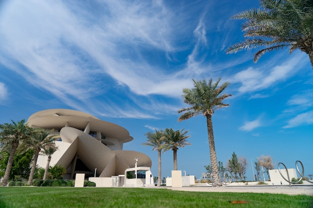 Doha, qatar. paysage avec le musée national du qatar pendant la journée ensoleillée.