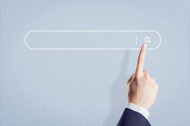 Doigt en appuyant sur un bouton de recherche, recherche internet concept de navigation de données.