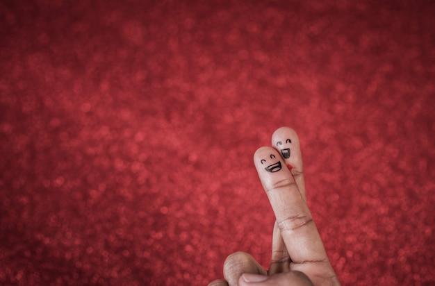 Doigt avec émotion sur fond rouge